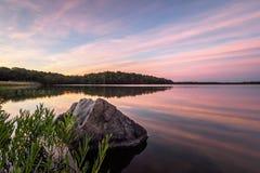 在湖的日出天空 免版税库存照片