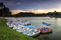 在湖的日出有作为前景的湖小船的 免版税库存图片