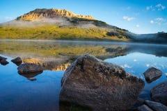 在湖的日出有对小山在背景中,蒙大拿的熊的 免版税库存图片