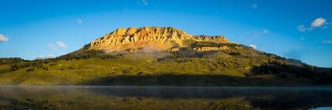 在湖的日出有对小山在背景中,蒙大拿的熊的 免版税库存照片