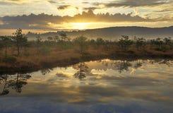 在湖的日出颜色 库存图片