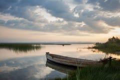 在湖的日出 库存图片