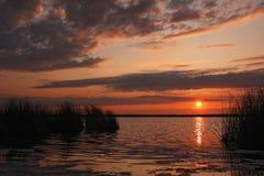 在湖的日落。 免版税图库摄影