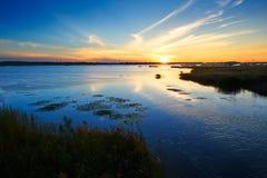 在湖的日落云彩 库存图片