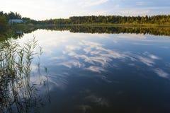 在湖的日落在秋天 免版税库存图片