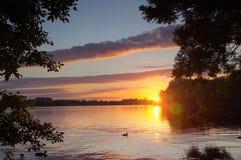 在湖的日落有鸭子的 免版税图库摄影