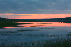 在湖的日落 免版税库存图片