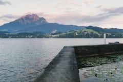 在湖的早晨光 库存照片