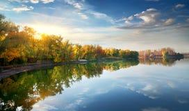 在湖的早晨太阳 库存照片