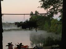 在湖的早晨雾 免版税图库摄影
