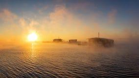 在湖的早晨风景有渔夫雾的` s房子的,俄罗斯,乌拉尔 图库摄影
