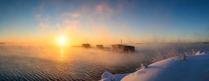 在湖的早晨风景有渔夫雾的` s房子的,俄罗斯,乌拉尔 免版税库存照片