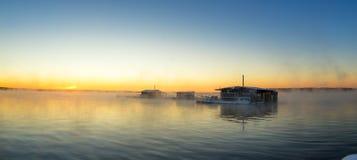 在湖的早晨风景有渔夫雾的` s房子的,俄罗斯,乌拉尔 免版税图库摄影