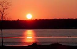 在湖的明亮的橙色日落 库存图片