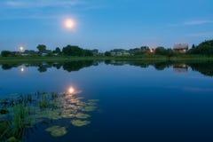 在湖的晚上光 库存图片