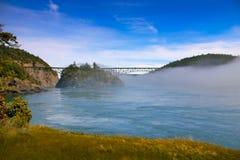 在湖的有雾的桥梁  库存图片