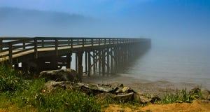 在湖的有雾的桥梁 免版税库存照片