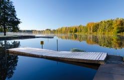 在湖的木冷淡的桥梁 库存图片