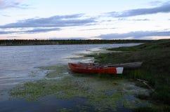 在湖的木小船在晚上 免版税库存图片