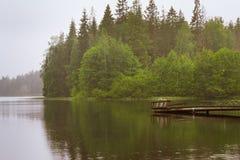在湖的木小船码头 Palvaanjarven露营地,拉彭兰塔, 免版税图库摄影