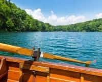 在湖的木小船 免版税库存照片