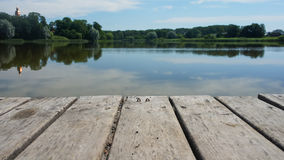 在湖的木桥 免版税库存图片