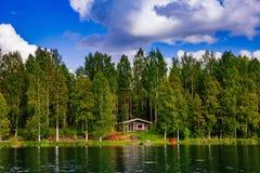 在湖的木蒸汽浴原木小屋在夏天在芬兰 库存图片