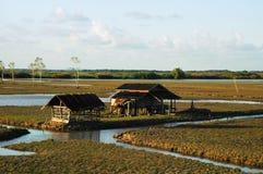 在湖的村庄 免版税库存照片
