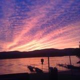 在湖的松弛日落 图库摄影