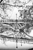 在湖的桥梁, 10月风景在Tsaritsyno公园,莫斯科 免版税库存图片