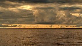 在湖的橙色云彩 免版税库存照片
