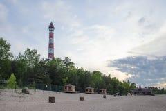 在湖的沙滩的灯塔在晚上 免版税库存照片