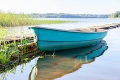 在湖的渔船早晨在夏天 库存图片