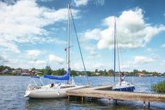 在湖的游艇在清楚的夏日 白色游艇或小船反对蓝天与云彩 库存图片