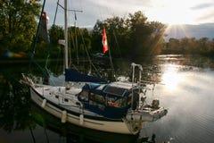 在湖的游艇黄昏的 库存图片