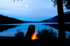 在湖的火在满月期间 库存图片