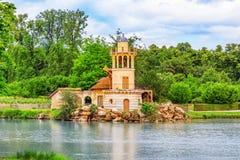 在湖的灯塔小村庄女王玛丽・安托瓦内特` s estat的 免版税库存照片