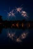在湖的烟花 免版税图库摄影