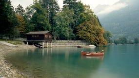 在湖的独木舟在瑞士阿尔卑斯 免版税库存图片