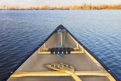 在湖的独木舟弓 免版税图库摄影