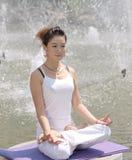 在湖的瑜伽 免版税库存图片