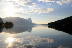 在湖的看法有在背景的山的在晴天 库存照片