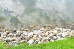 在湖的石头 免版税图库摄影
