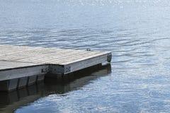 在湖的码头 在春天的木桥与蓝色湖 钓鱼的湖与码头 图库摄影