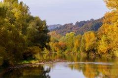 在湖的秋天五颜六色的叶子有红色和黄色颜色的美丽的森林的 免版税库存照片
