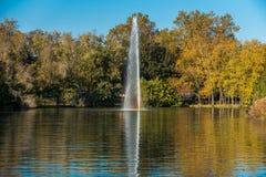 在湖的秋天反射 库存照片