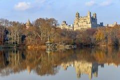 在湖的秋天在中央公园 免版税库存图片