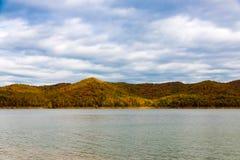 在湖的秋天季节有美丽的森林的在阴暗天 免版税库存图片