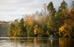 在湖的秋天捕鱼 库存图片