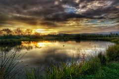 在湖的秋天日出 免版税库存照片